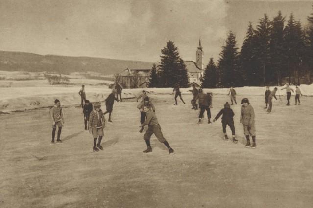 Wintersport: Internatsschüler beim Eislaufen/Schlittschuhlaufen auf einem Weiher nahe des Klosters Schäftlarn.