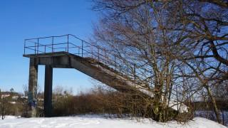 Icking Reste der ehemaligen Skisprungschanze, hier der Anlaufturm aus Beton /Wintersport/ Skispringen/ Icking/ Skisprungschanze