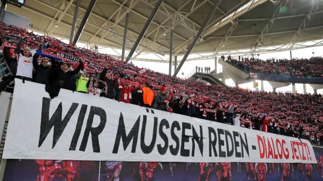 Fans von RB Leipzig protestieren beim Bundesliga-Spiel gegen Eintracht Frankfurt