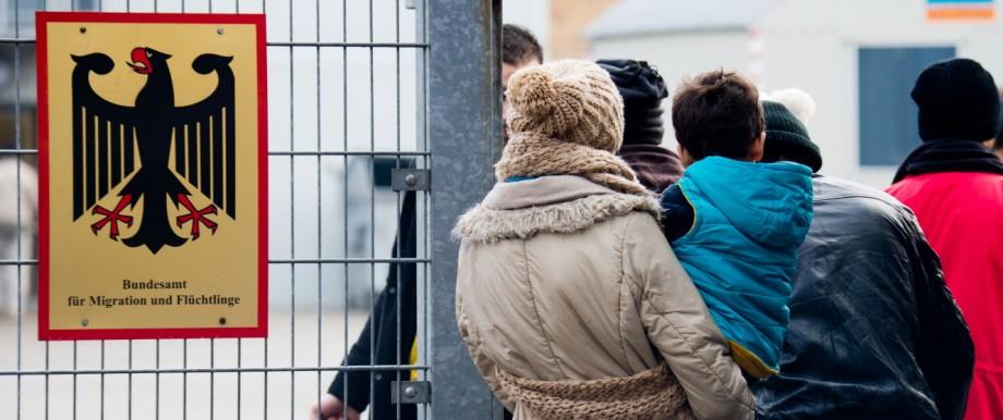 Menschen vor dem Bundesamt für Migration und Flüchtlinge