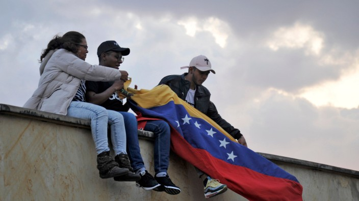 Menschen aus Venezuela demonstrieren in der kolumbianischen Hauptstadt Bogota
