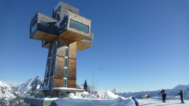 Das begehbare Jakobskreuz steht auf der Buchensteinwand im Pillerseetal in Österreich.