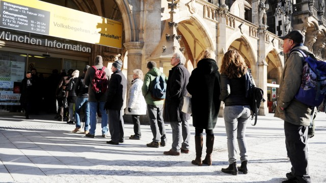 Volksbegehren Artenvielfalt - Menschen in München stehen Schlange für ihre Unterschrift