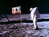 Edwin Aldrin auf dem Mond vor der USA-Flagge