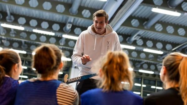 Der ehrenamtliche Hockeytrainer Niklas Burger in der Sporthalle der Berufsschule für Augenoptik am Marsplatz 8, 14.02.2019.