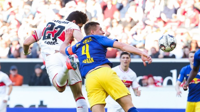 Willi Orban RB Leipzig rechts re foult Mario Gomez VfB Stuttgart links li im Strafraum; orban