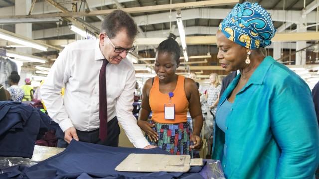 Bundesentwicklungsminister Gerd Mueller, CSU, in der Textilfabrik Dignity|DTRT