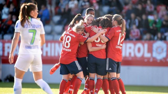 Spielerinnen des FC Bayern mit Torjubel Jubel Torjubel Torerfolg celebrate the goal goal celeb; Fußball