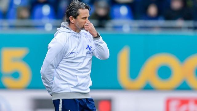 Darmstadt 98 - Trainer Dirk Schuster beim Spiel gegen den 1. FC Heidenheim