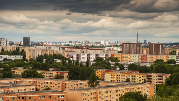 Plattenbauten aus DDR Zeiten zum großen Teil schon saniert im Stadtbezirk Berlin Marzahn Im Hinte