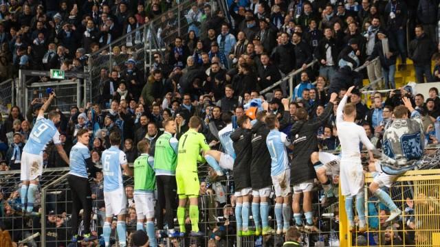 1860 Spieler auf dem Zaun vor ihren Fans nach Spielende Fussball TSV 1860 Muenchen 1860 VfR