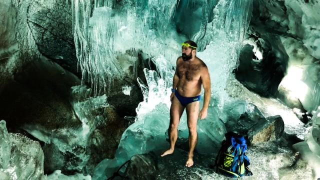 Eisschwimmer Josef Köberl steht am Gletschersee im Hintertuxer Gletscher.