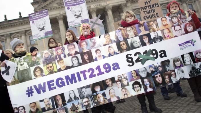 219 Abtreibungsgesetz Demo DEU Deutschland Germany Berlin 22 02 2018 Frauen mit Plakat wegmit21