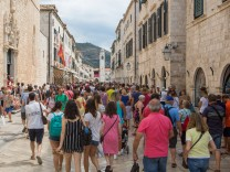 Crowded Dubrovnik Croatia 21 08 2017 Dubrovnik Croatia Red warning inside Dubrovnik Walls due