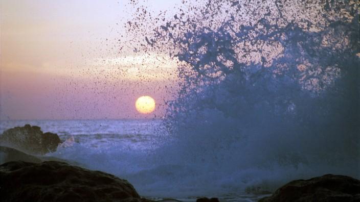 02 02 2001 La Gomera Kanaren ESP SPANIEN Playa del Ingles Sonnenuntergang am Meer die Wellen