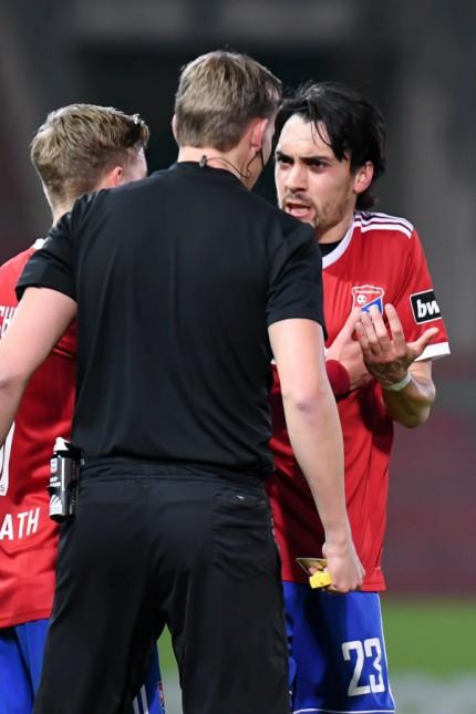 v li Martin Petersen Schiedsrichter im Disput mit Markus Schwabl Unterhaching 23 Fussball