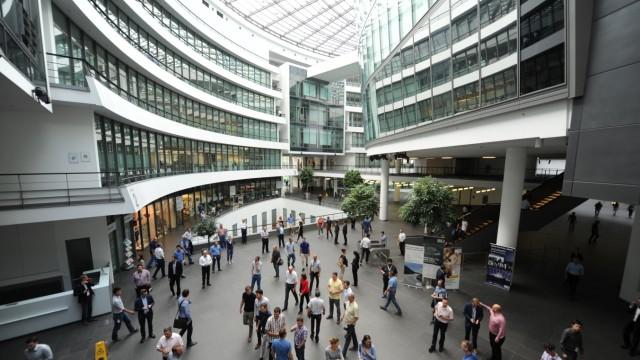 BMW - Atrium des Im Forschungs- und Inovationszentrum (FIZ) in München 2016
