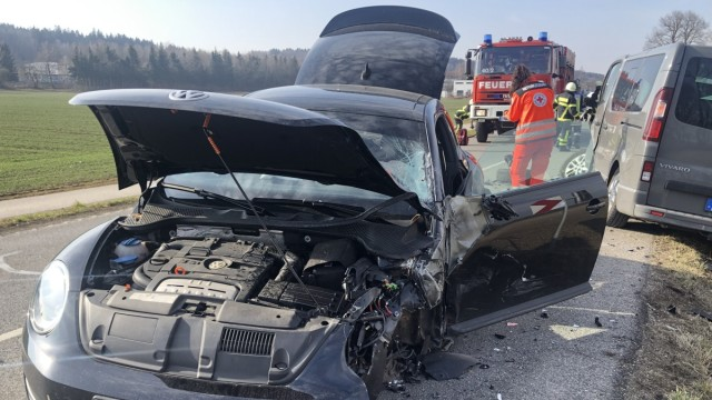 Unfall zwischen Emmering und Eichenau Richtung Roggenstein 2 Pkw total gesperrt