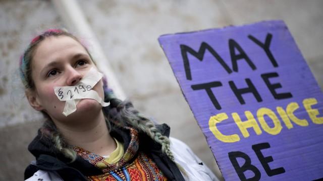 219a Demo Abtreibungsgesetz DEU Deutschland Germany Berlin 26 01 2019 Frau mit Plakat Weg mit