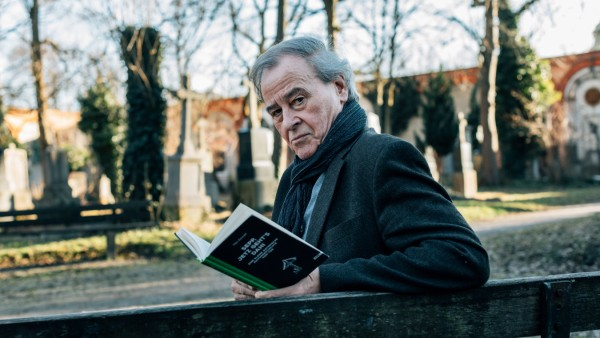 Peter Dermühl, Autor des Buches 'Eine kleine bayerische Kulturgeschichte vom Tod', am 15.02.2019 auf dem Alten Südfriedhof in München.