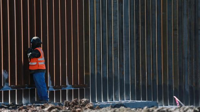 USA - Arbeiter errichten eine Mauer in Kalifornien an der Grenze zu Mexiko