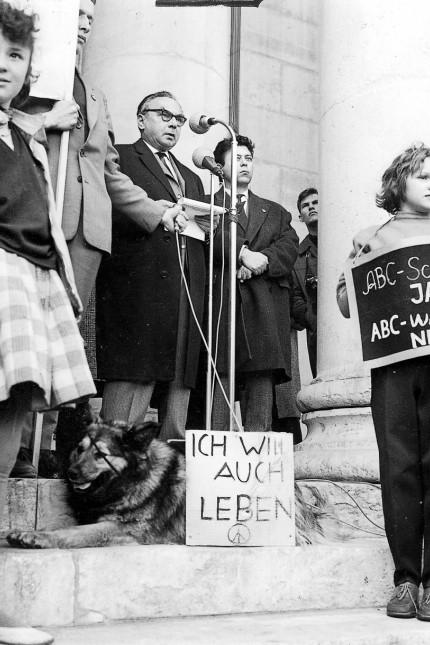 Erich Kästner auf Friedenskundgebung