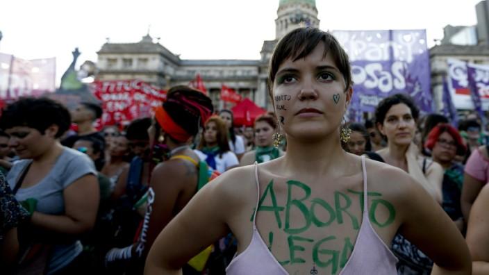 Argentinien - Eine Abtreibungs-Befürworterin demonstriert 2019 in Buenos Aires
