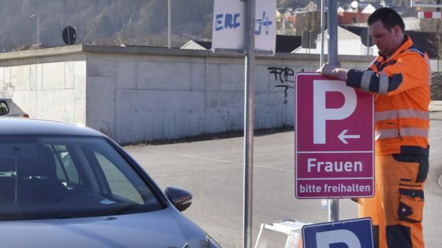 Montage neue Schilder zum Frauenparkplatz