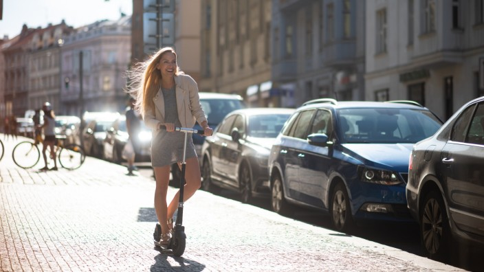 Frau auf einem E-Scooter. Elektroroller