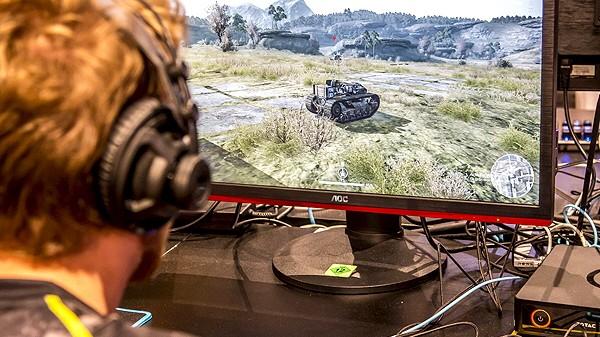 Computer Spiele Messe Gamescom 2016 in Köln Besucher probieren neue Computerspiele aus