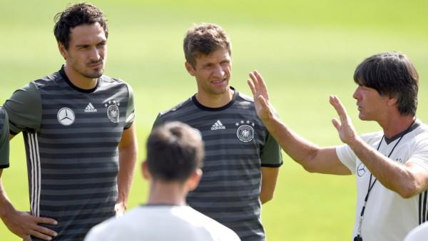 DFB-Nationalmannschaft - Joachim Löw beim Training mit Mats Hummels und Thomas Müller