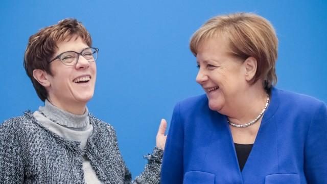 CDU - Annegret Kramp-Karrenbauer und Angela Merkel 2019 in Berlin