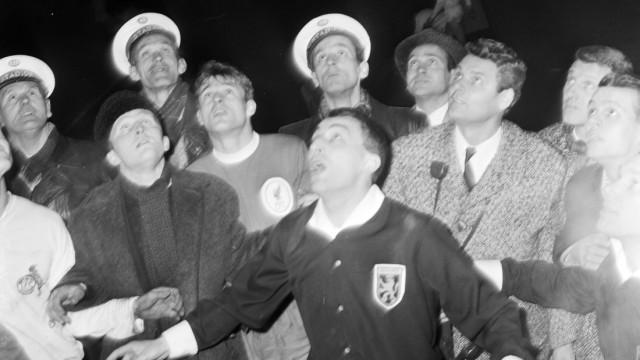 Schiedsrichter, Spieler, Pressevertreter und Polizisten beim Münzwurf von Rotterdam 24. März 1965