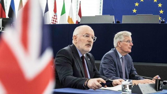 EU-Politiker Frans Timmermans und Michel Barnier im Europäischen Parlament