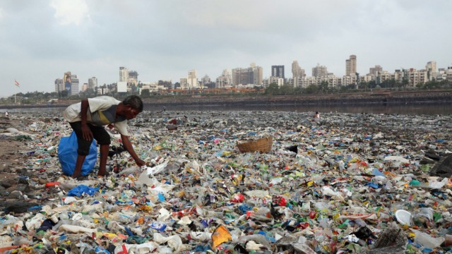 Plastikmüll am Meer in Mumbai, Indien