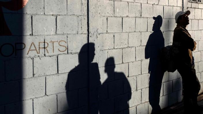 Ein Migrant lehnt an einer Mauer in Tijuana, Mexiko