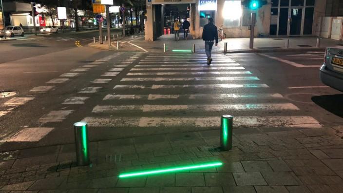 Bürgersteig-Beleuchtung für ·Smartphone Zombies· in Tel Aviv