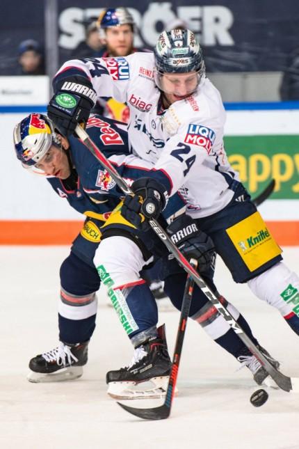 Kampf um den Puck zwischen Andre Rankel Eisbaeren Berlin und Justin Shugg EHC Red Bull Muenchen; Justin Shugg