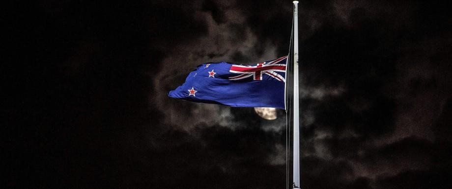 Neuseeland - Eine neuseeländische Fahne weht auf Halbmast nach einem rechtsextremen Anschlag in Christchurch 2019