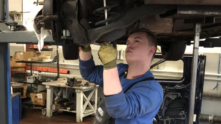 Curtis Sander, 18 Jahre alt, Kfz-Mechatronik-Auszubildender in der Werkstatt des Autohauses Hermann Claaßen in Hamburg-Barmbek.