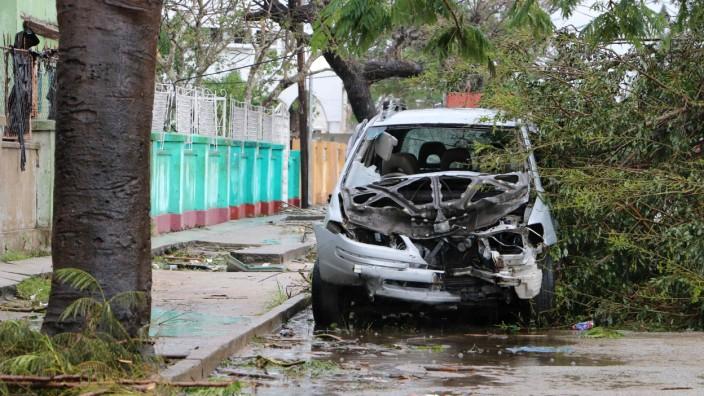 "Mosambik - Zerstörtes Auto nach dem Zyklon ""Idai"" 2019"