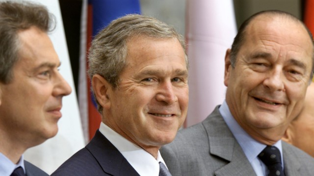 BUSH AND CHIRAC SMILE DURING FAMILY PHOTO