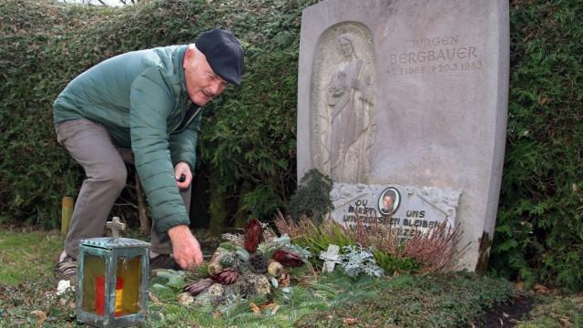 Günter Schur am Grab von Jürgen Bergbauer; Auf dem Gautinger Friedhof