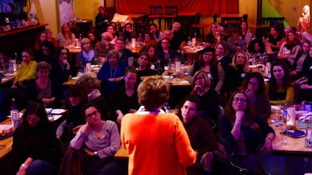 Im Theater Drehleier diskutieren die ausschließlich weiblichen Gäste über den Rechtsruck und seine Folgen für die Frauen.