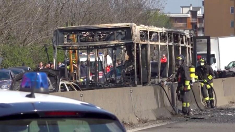 Mailand - Busfahrer setzt Schulbus in Brand
