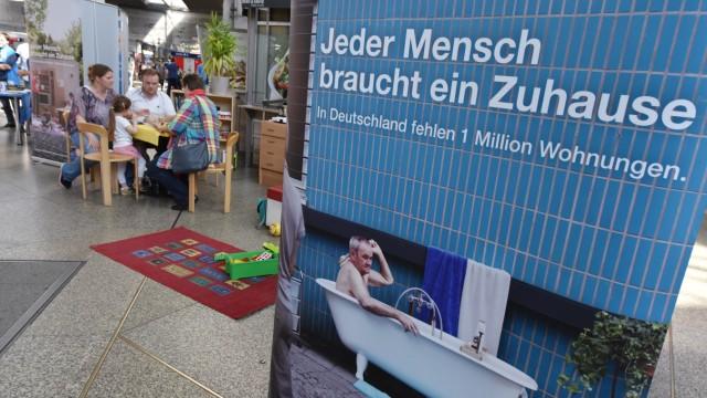 Installation zum Grundrecht auf Wohnen der Bahnhofsmission in München, 2017