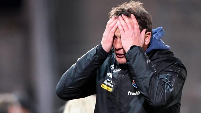 Trainer Claus Schromm Unterhaching schlägt die Hände vors Gesicht enttäuscht schauend Enttäusch