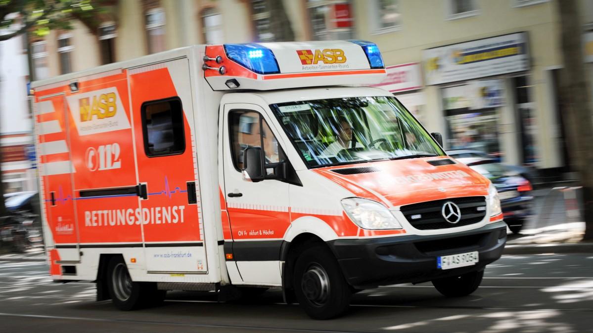 Unbekannter parkt Rettungswagen währen Einsatzes um