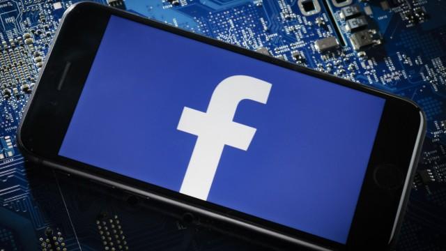 Ein Smartphone liegt auf einer Computerplatine und zeigt das Logo von Facebook Berlin 20 03 2018