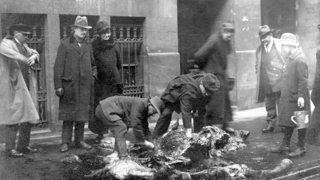 Mai 1919: Vor einem Warenhaus am Hauptbahnhof zerlegen Passanten ein erschossenes Artilleriepferd auf offener Straße.